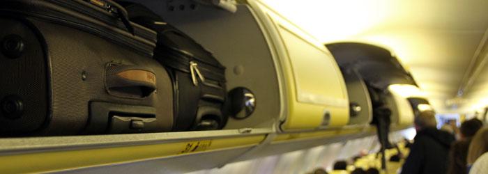Handgepäck-Koffer im Handgepäckfach im Flugzeug bei Ryanair