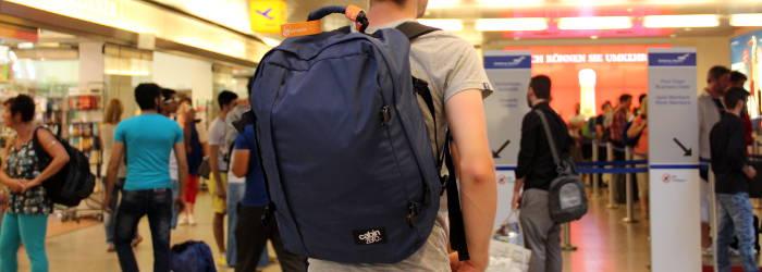 cabin max rucksack in der Flughafenhalle