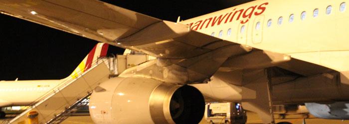Germanwings-Flugzeug bei Nacht