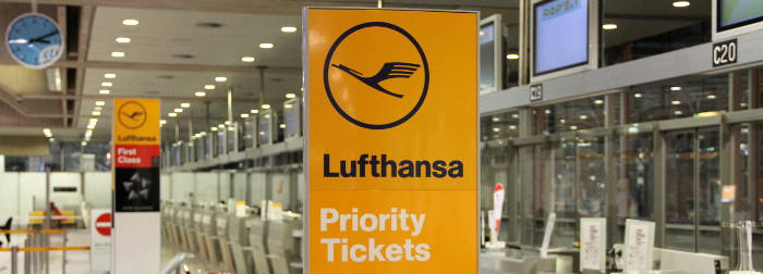 Lufthansa Schild am Flughafen