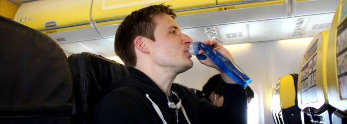 faltbare getraenke flasche im Flugzeug