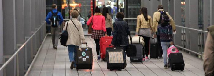 Lufthansa Passagiere mit Handgepaeck