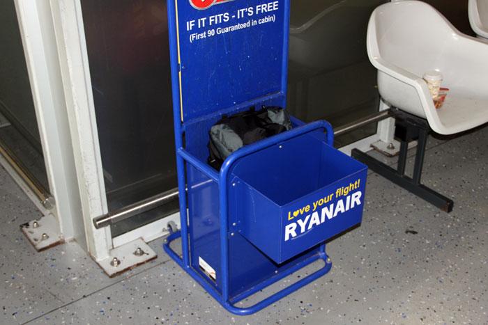 Metallgestell von Ryanair zum Überprüfen der Handgepäck-Maße