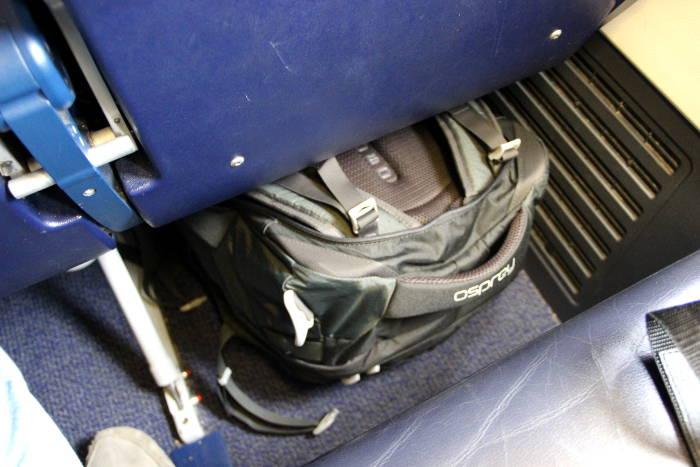 Handgepaeck unter Sitz in Ryanair-Flugzeug