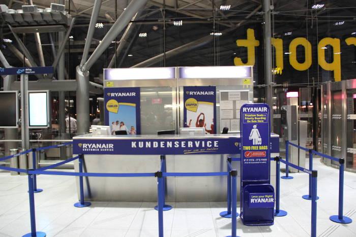 Am Check-in ist es bei Ryanair wahrscheinlicher, dass Maße und Gewicht des Handgepäcks kontrolliert werden.