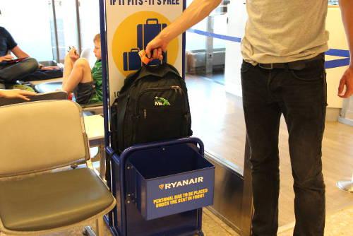 Kontrolle der Handgepäck-Maße bei Ryanair