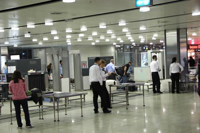 Flüssigkeiten im Handgepäck werden am Flughafen streng kontrolliert
