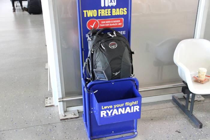 Deutliche Überschreitungen der erlaubten Maße für das Handgepäck bei Ryanair sollte man vermeiden