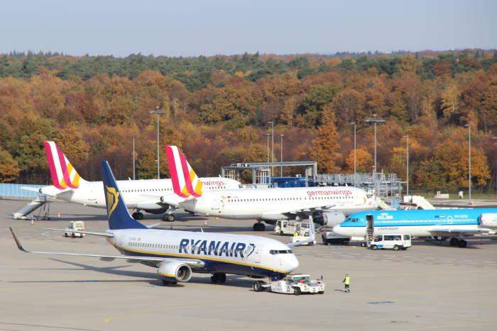 Flugzeuge von Ryanair und Germanwings am Flughafen Köln Bonn