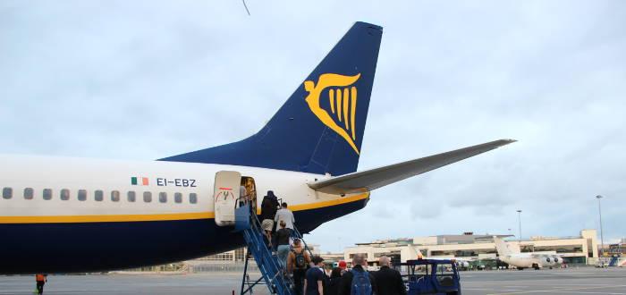 Einen Kindersitz und einen Kinderwagen kann man bei Ryanair kostenlos mitnehmen