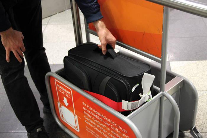 Bei Easyjet hat der Travelite Orlando S problemlos in das Gestellt zur Überprüfung der Handgepäck-Maße gepasst.