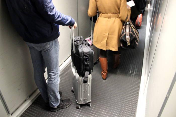 Handgepaeck-Trolley mit aufgesteckter Laptop-Tasche