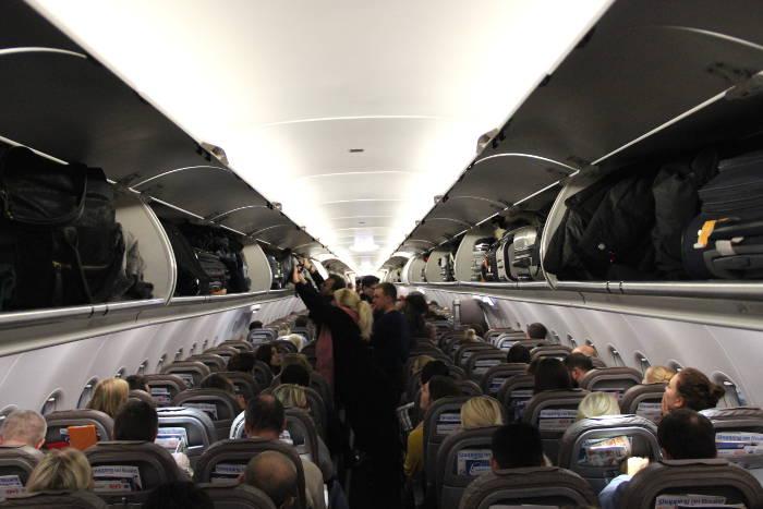 Volle Handgepäck-Fächer im Flugzeug