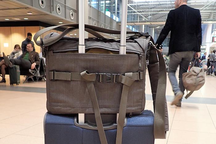Laptop-Tasche, die sich auf einen Handgepäck-Trolley aufstecken lässt.